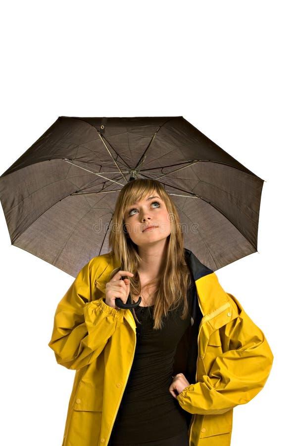 Femme assez jeune dans un imperméable avec le parapluie photo stock