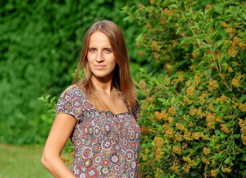 Femme assez jeune en vert image libre de droits
