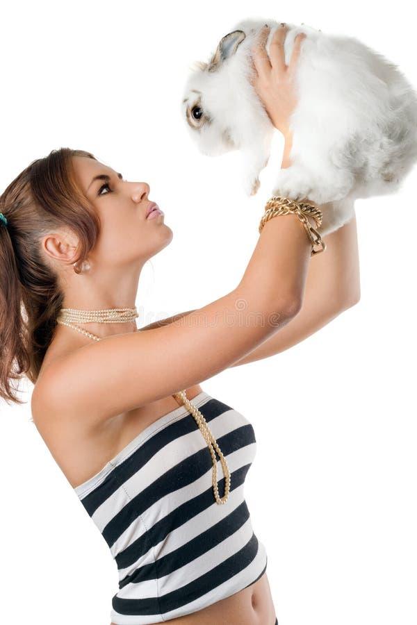 Femme assez jeune jouant avec le lapin photographie stock