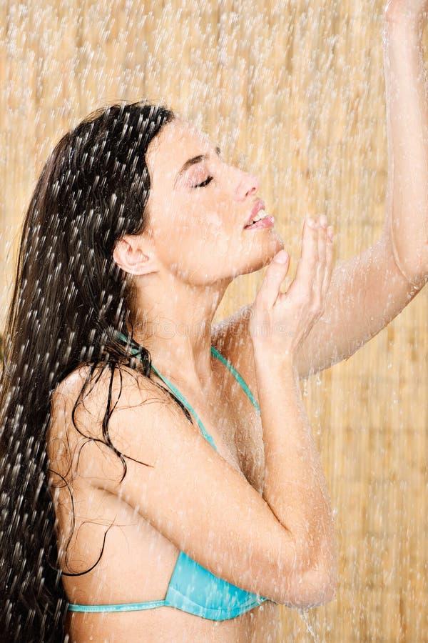 Femme assez longue de cheveu ayant une douche photos stock