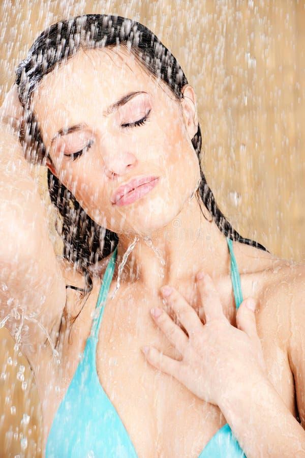 Femme assez sensuelle ayant une douche photos libres de droits