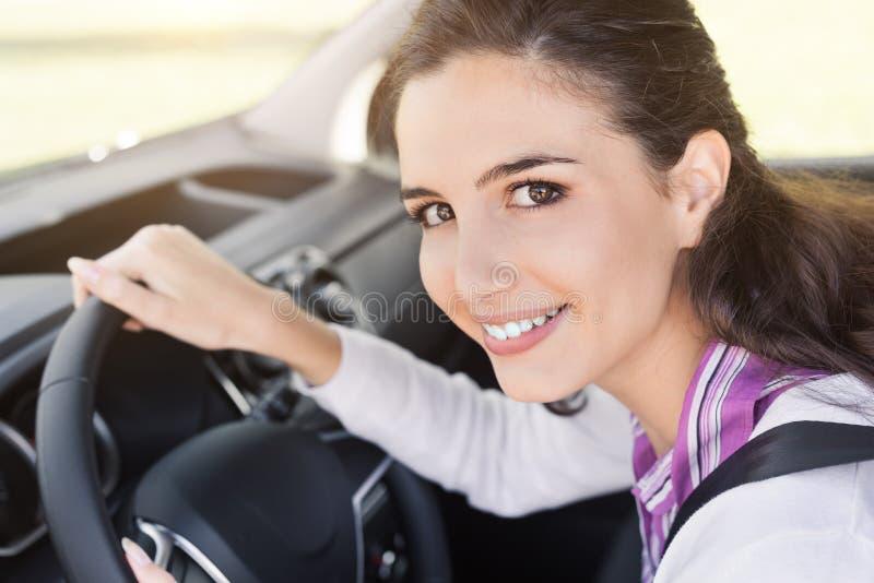 Femme attachant la ceinture de sécurité dans sa voiture images libres de droits