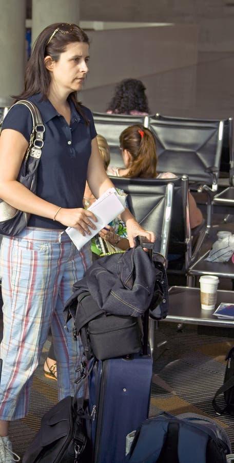 Femme attendant sur l'aéroport images stock