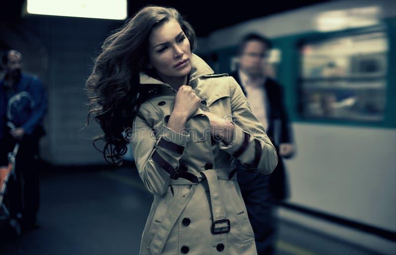 Femme attendant sur le train photographie stock libre de droits