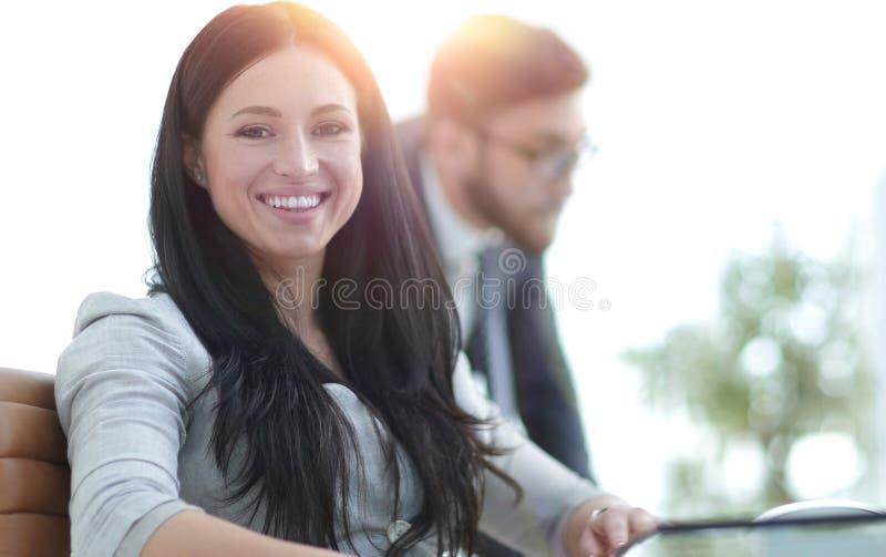 Femme attentive d'affaires travaillant avec des documents photo libre de droits