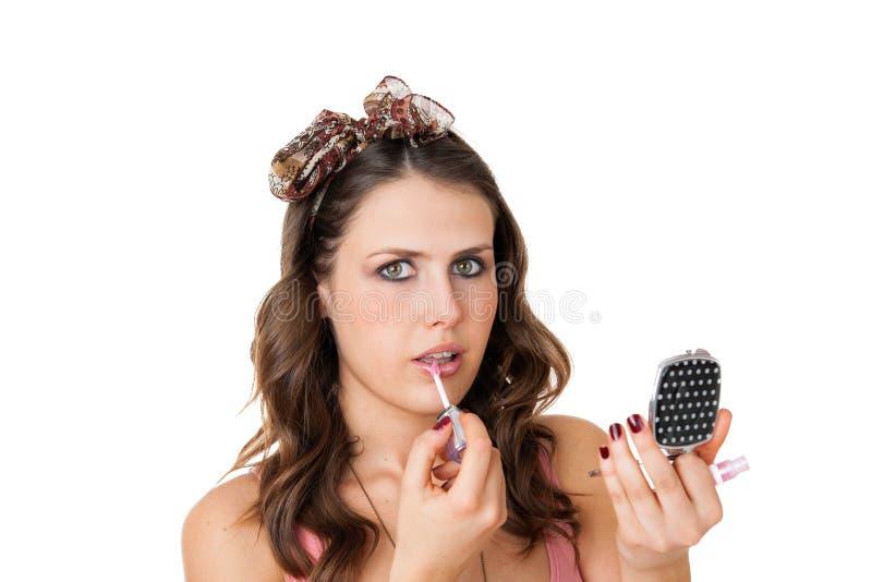 Femme attirant appliquant le lustre de languette images stock