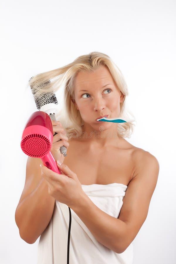 Femme attirant après bain en matin image stock