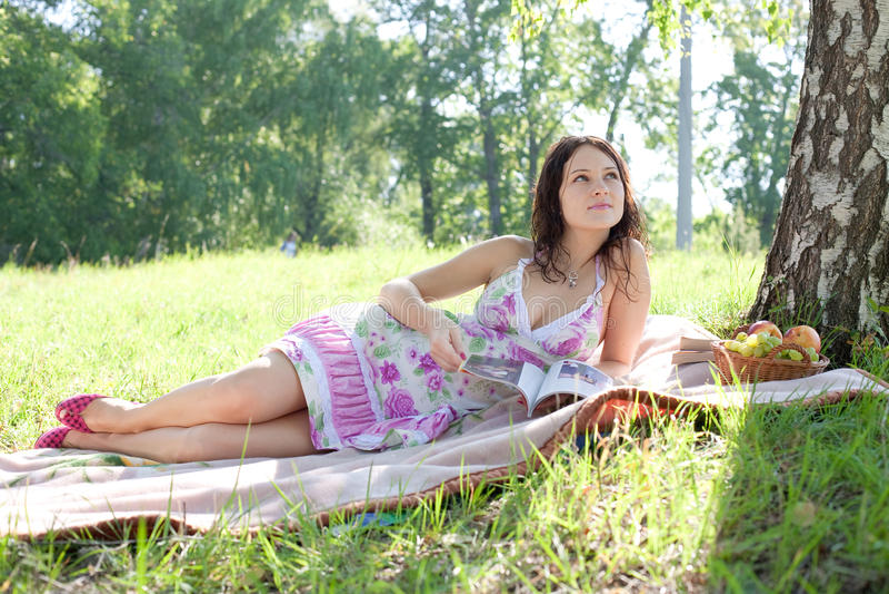 Femme attirant avec la revue image stock