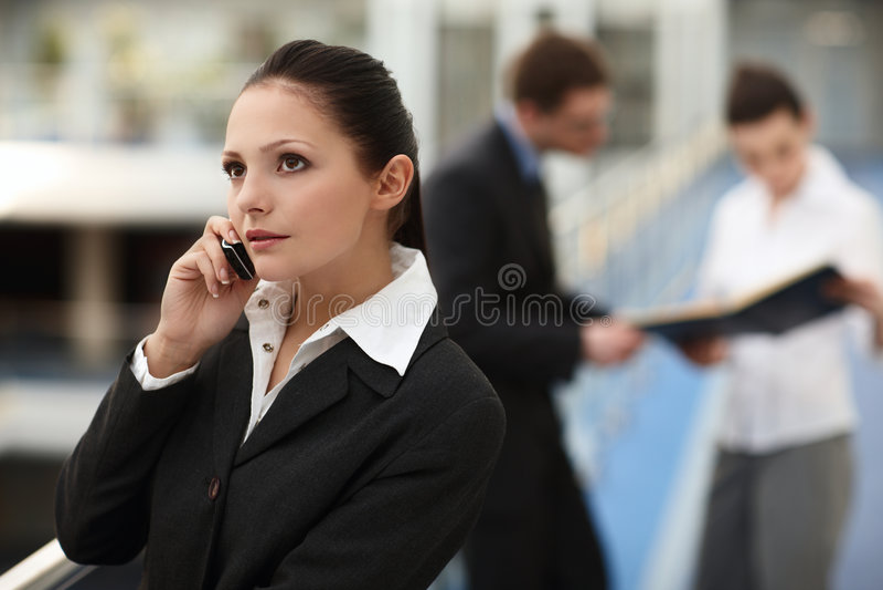 Femme attirant avec le téléphone photographie stock