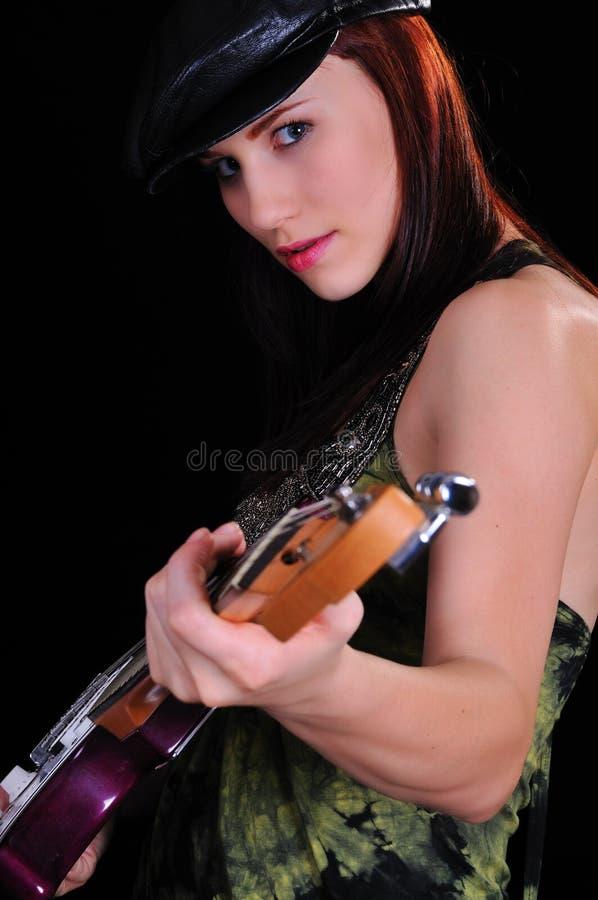 Femme attirant avec une guitare image libre de droits