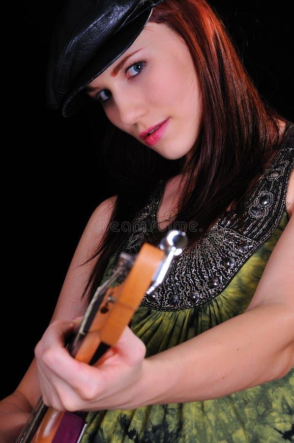 Femme attirant avec une guitare photo stock