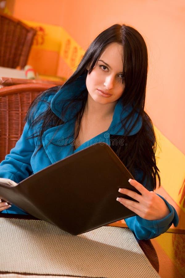 Femme attirant dans la carte de fixation de café photos stock