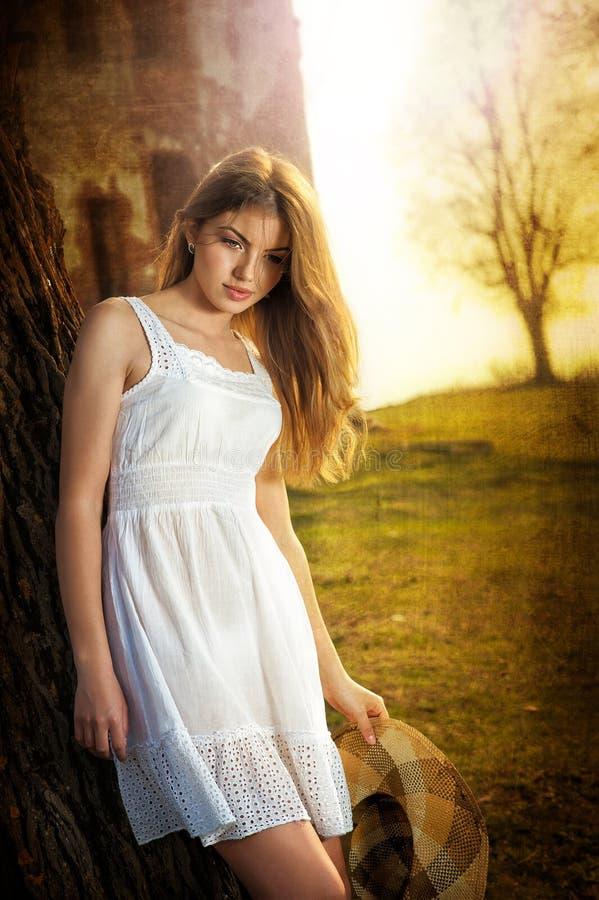 Femme attirant dans le jardin images stock