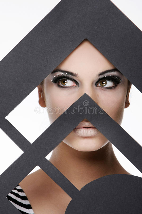 Femme attirant derrière la trame de papier image libre de droits