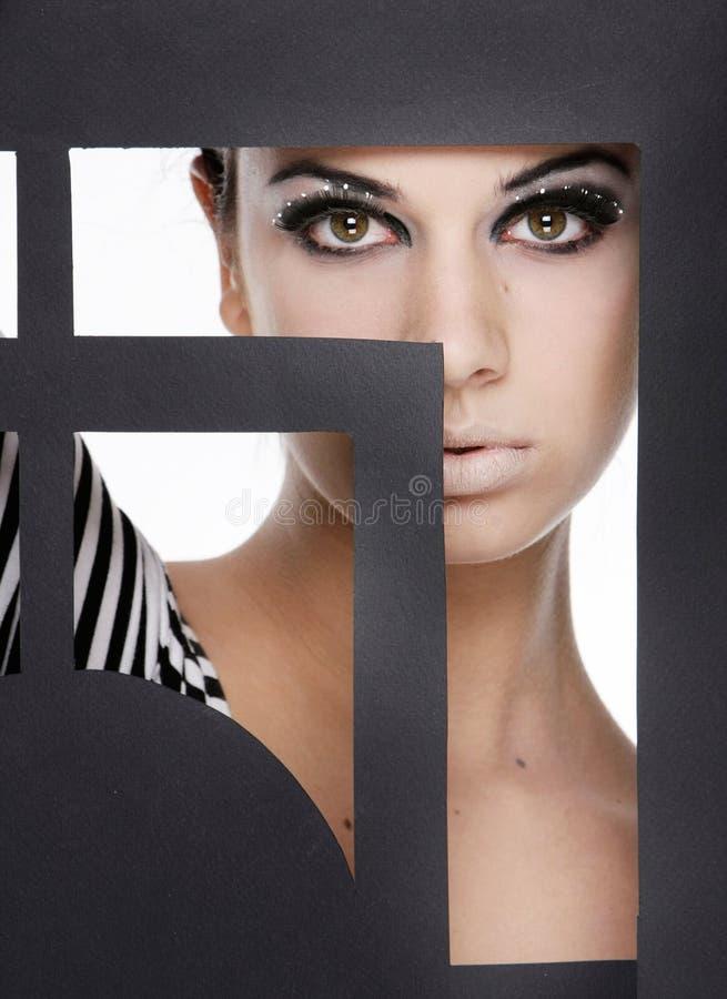 Femme attirant derrière la trame de papier photos libres de droits