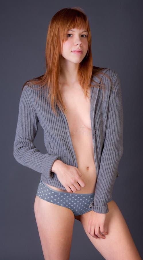 Femme attirant en indiquant le chandail ouvert images stock