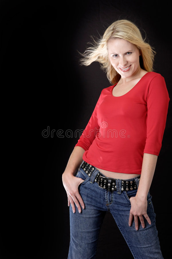 Femme attirant en rouge occasionnel photos stock