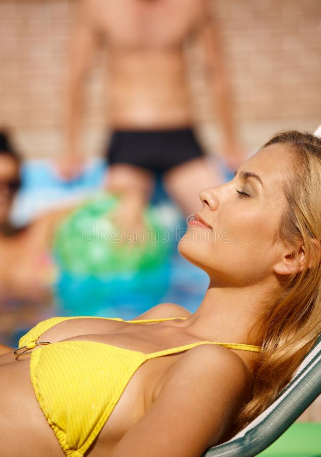 Femme attirant par la piscine photographie stock