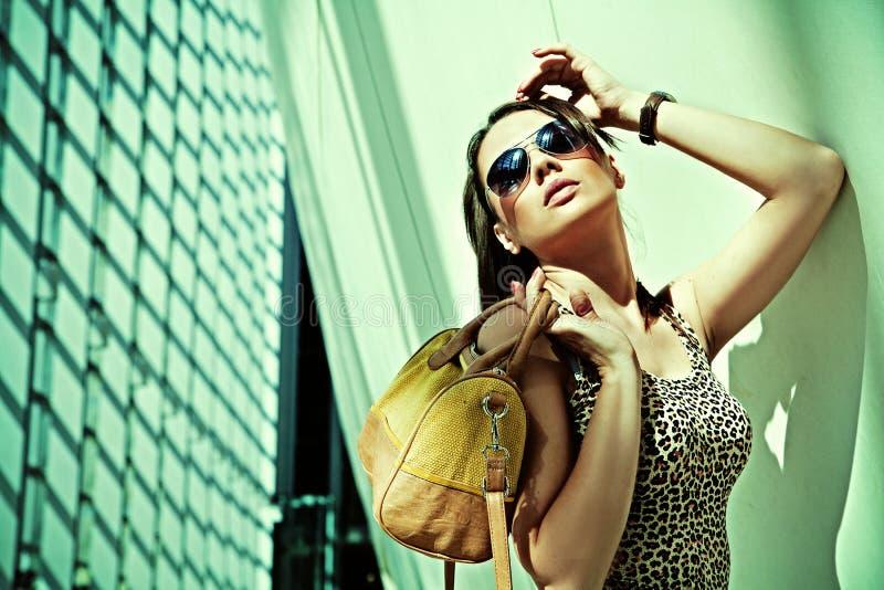 Femme attirant posant dans la construction moderne images stock
