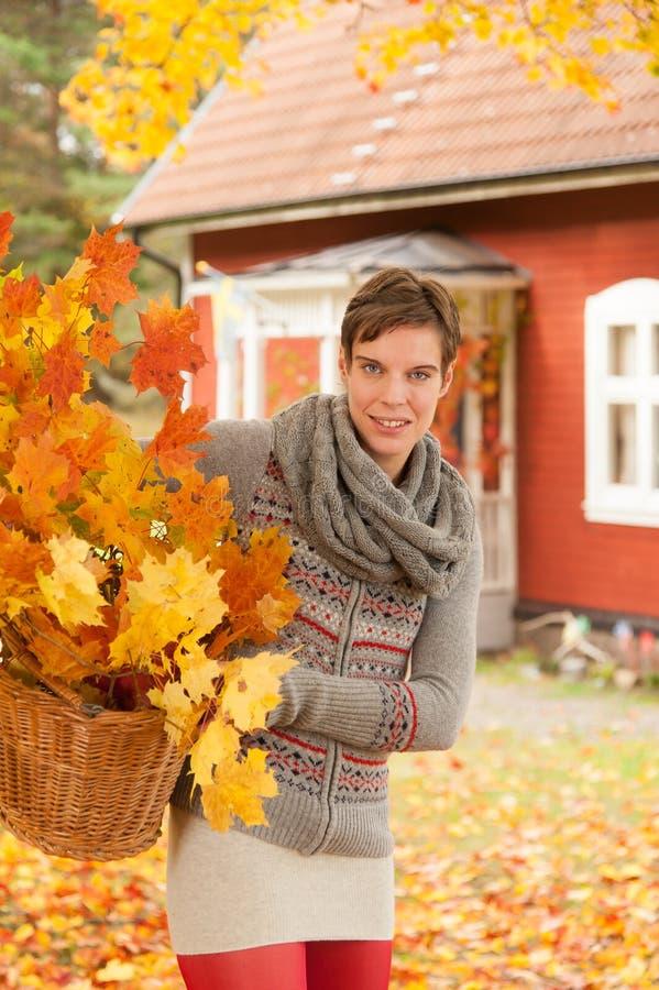 Femme attirant rassemblant des lames d'automne photo stock