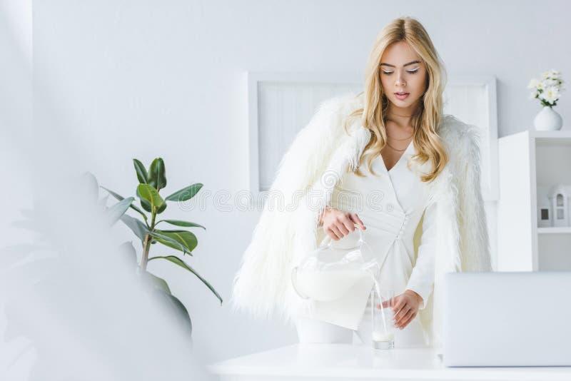 femme attirante à la mode en lait se renversant de manteau de fourrure photographie stock