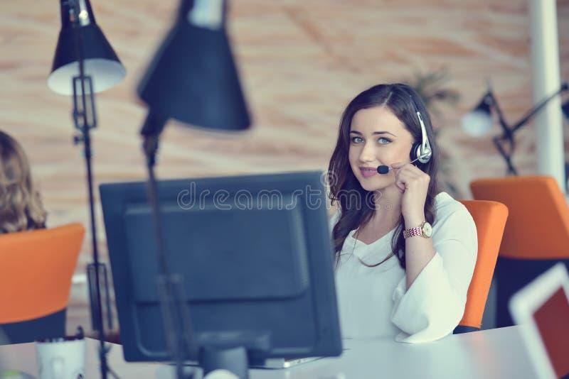 Femme attirante écoutant la musique tout en travaillant dans le local commercial de jeune entreprise images libres de droits