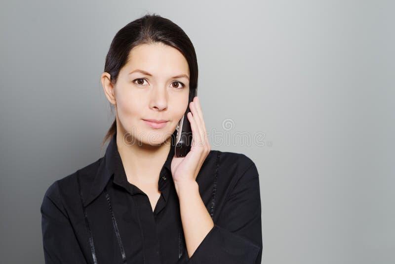 Femme attirante écoutant une conversation image libre de droits