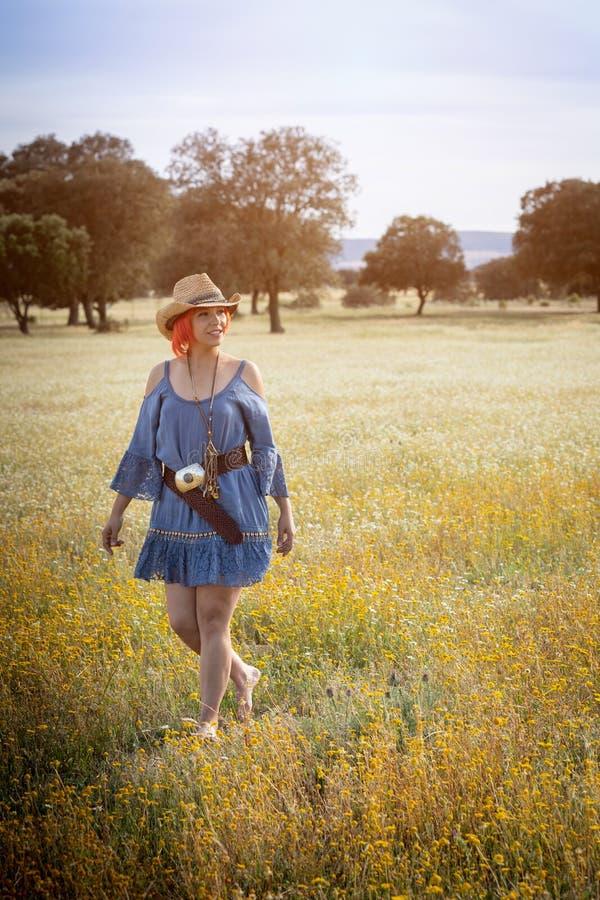 Femme attirante appréciant la nature dans une campagne fleurie image libre de droits