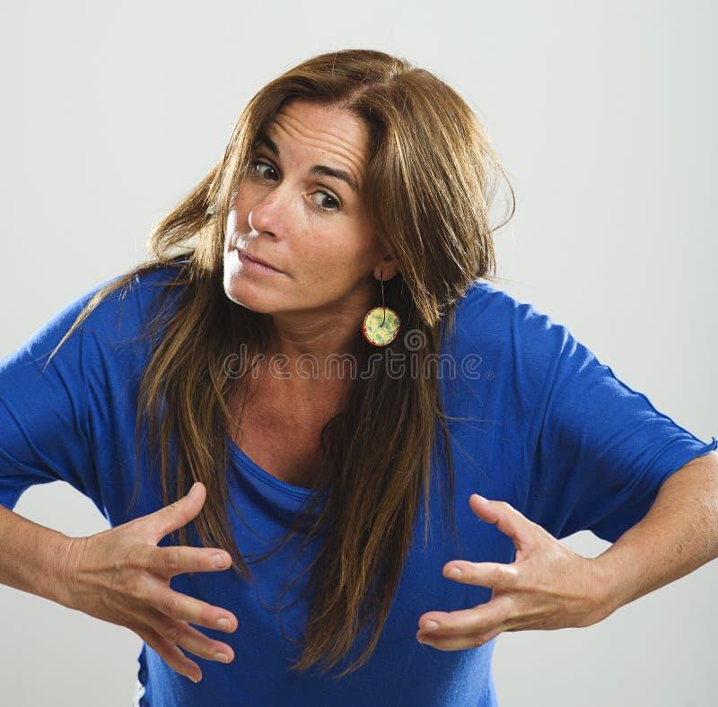 Femme attirante avec de longs cheveux et chemise bleue très fâchés images stock