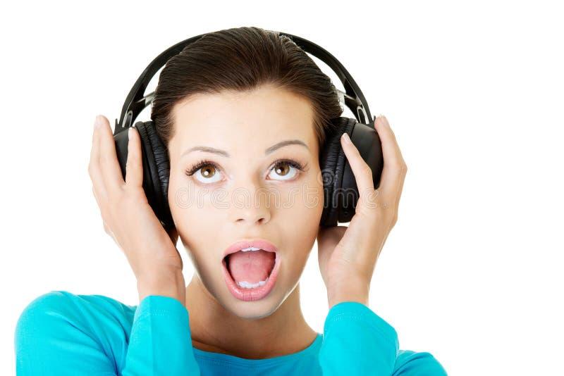 Femme attirante avec des écouteurs. photo stock