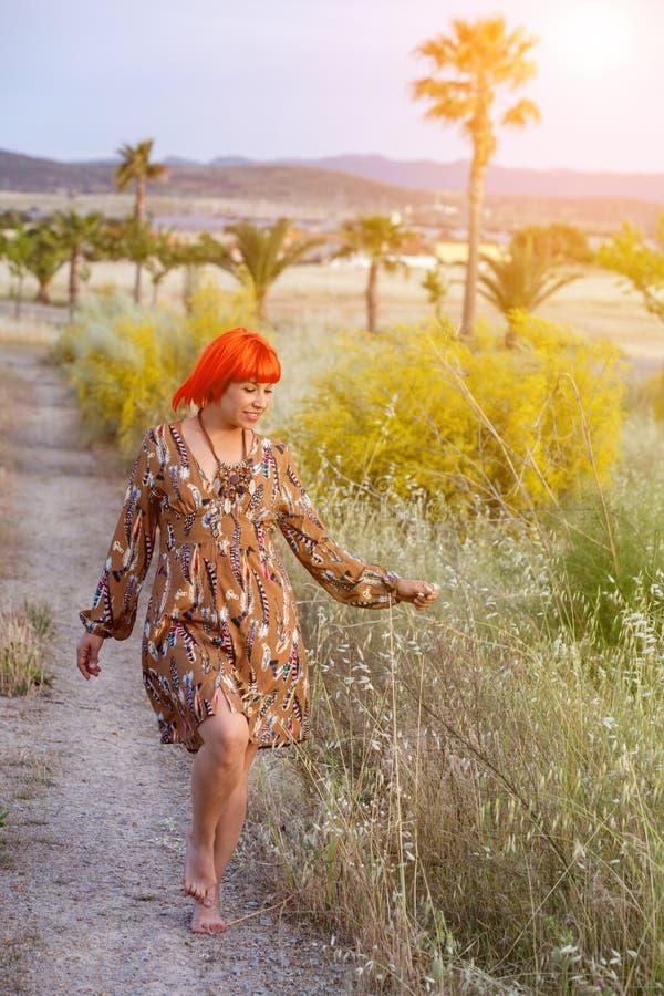 Femme attirante avec la belle robe appréciant la nature image libre de droits
