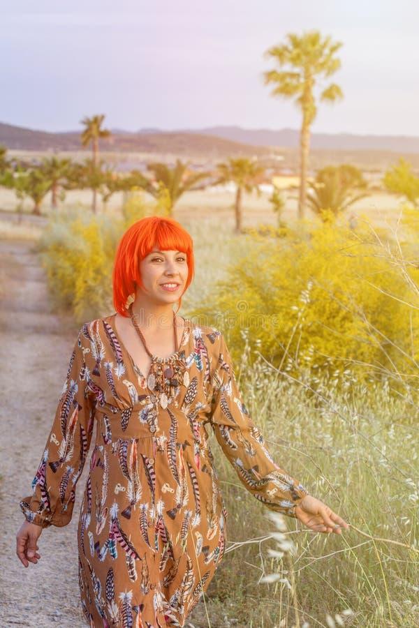 Femme attirante avec la belle robe appréciant la nature image stock
