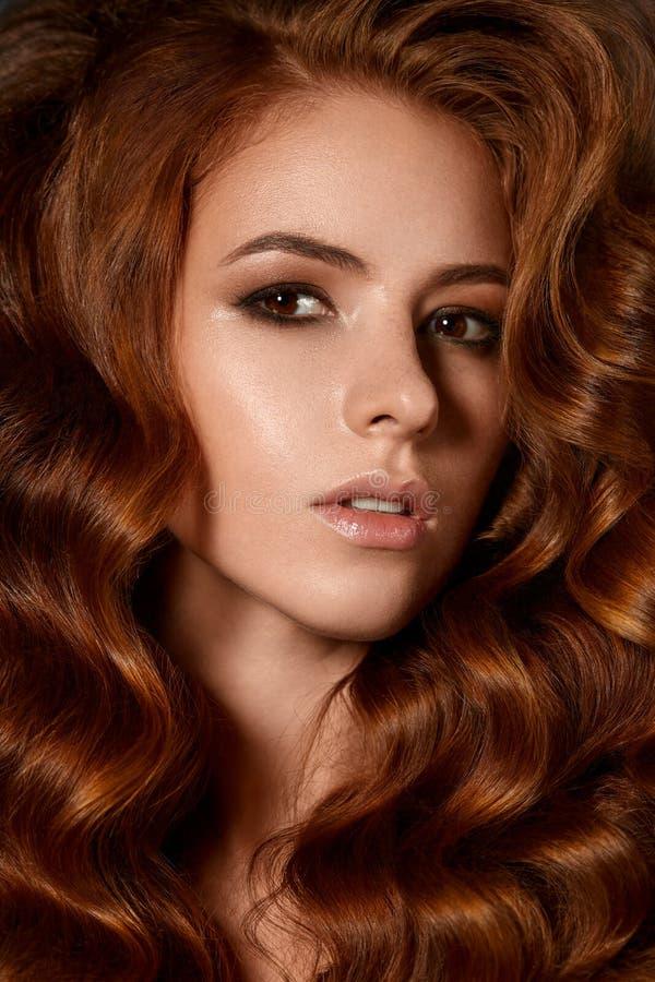 Femme attirante avec la coiffure de vague image libre de droits