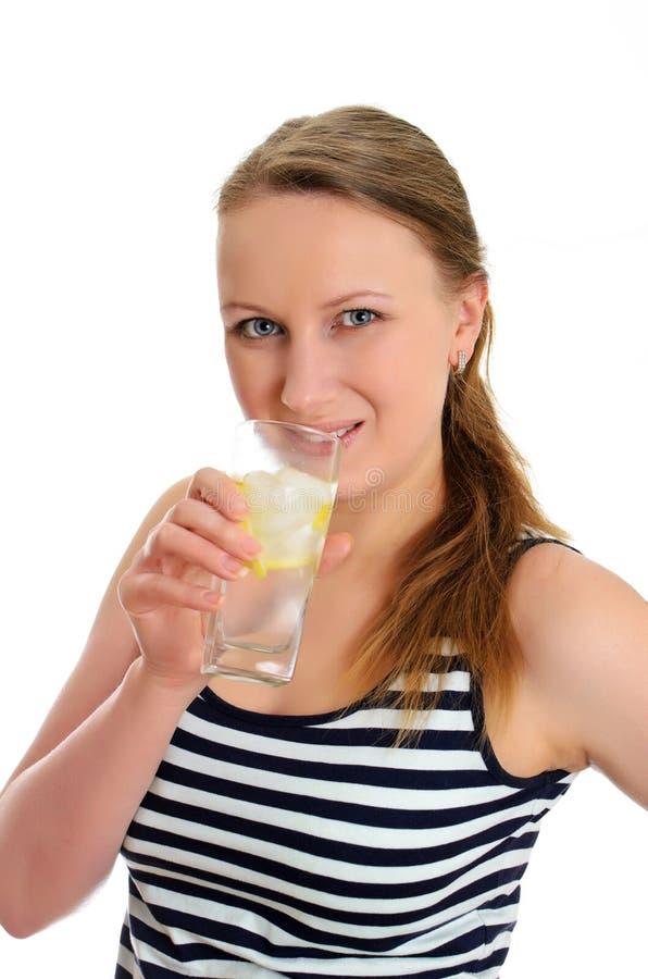 Femme attirante avec la glace de l'eau image libre de droits