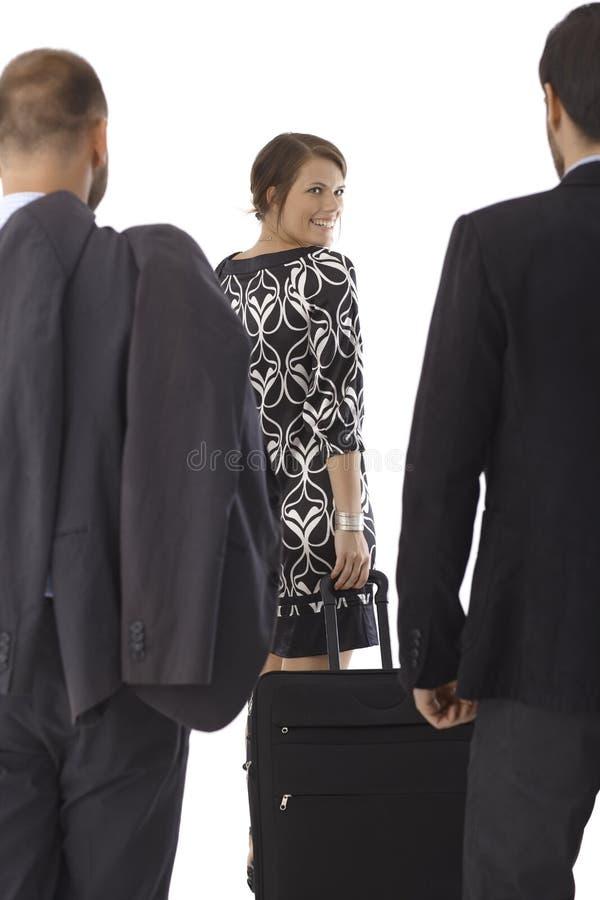 Femme attirante avec le grand sac de voyage photographie stock