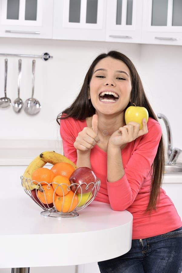 Femme attirante avec le panier des fruits image libre de droits