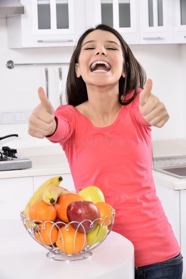 Femme attirante avec le panier des fruits photo libre de droits