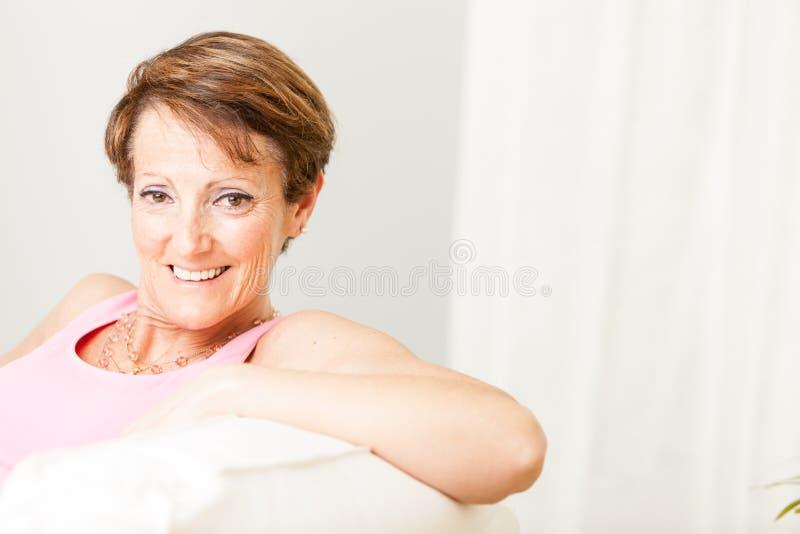 Femme attirante avec un beau sourire amical image libre de droits