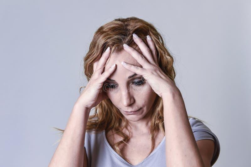 Download Femme Attirante Blonde Sur Ses Années '30 Tristes Et Le Regard Déprimé Désespéré Dans La Peine Image stock - Image du geste, peine: 87701659