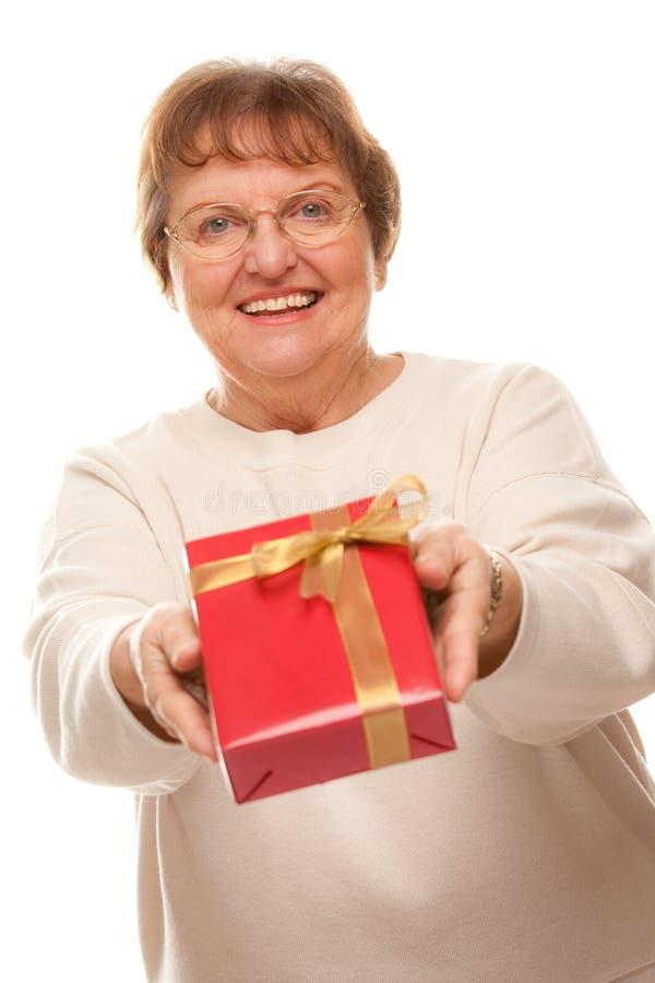 femme attirante d'aîné de cadeau photographie stock libre de droits