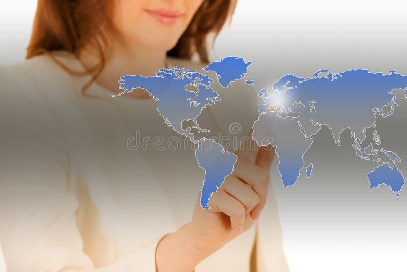 Femme attirante d'affaires appuyant sur un bouton virtuel images libres de droits