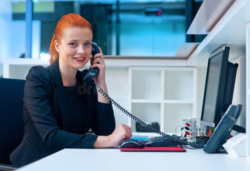Download Femme Attirante D'affaires Dans Le Bureau Au Téléphone Image stock - Image du entrepreneur, élégance: 45365155