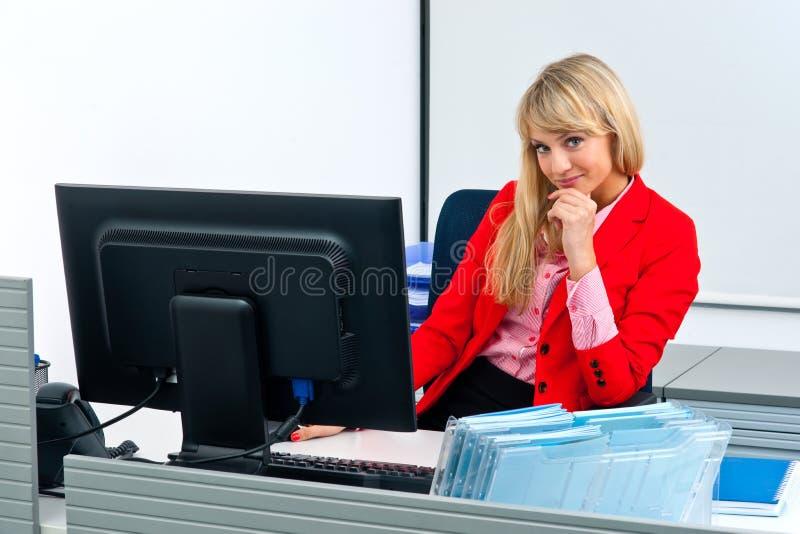 Download Femme Attirante D'affaires Dans Le Bureau Avec L'ordinateur Image stock - Image du séance, beau: 45366505
