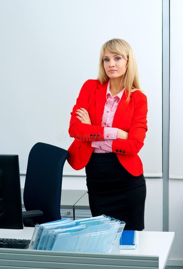Download Femme Attirante D'affaires Dans Le Bureau Avec L'ordinateur Photo stock - Image du confiant, verticale: 45367106