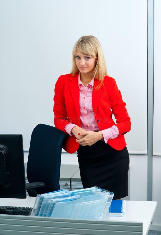 Download Femme Attirante D'affaires Dans Le Bureau Avec L'ordinateur Image stock - Image du mignon, formel: 45367127