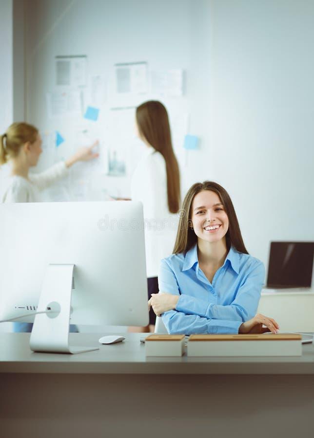 Femme attirante d'affaires travaillant sur l'ordinateur portable au bureau Gens d'affaires image libre de droits