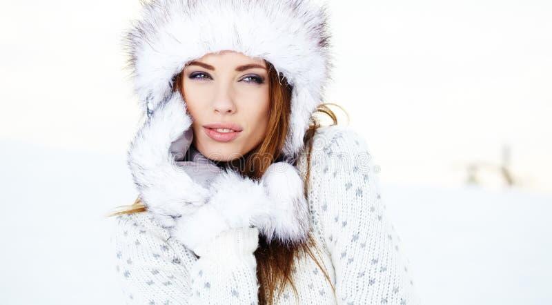 Femme attirante dans l'hiver extérieur photographie stock libre de droits
