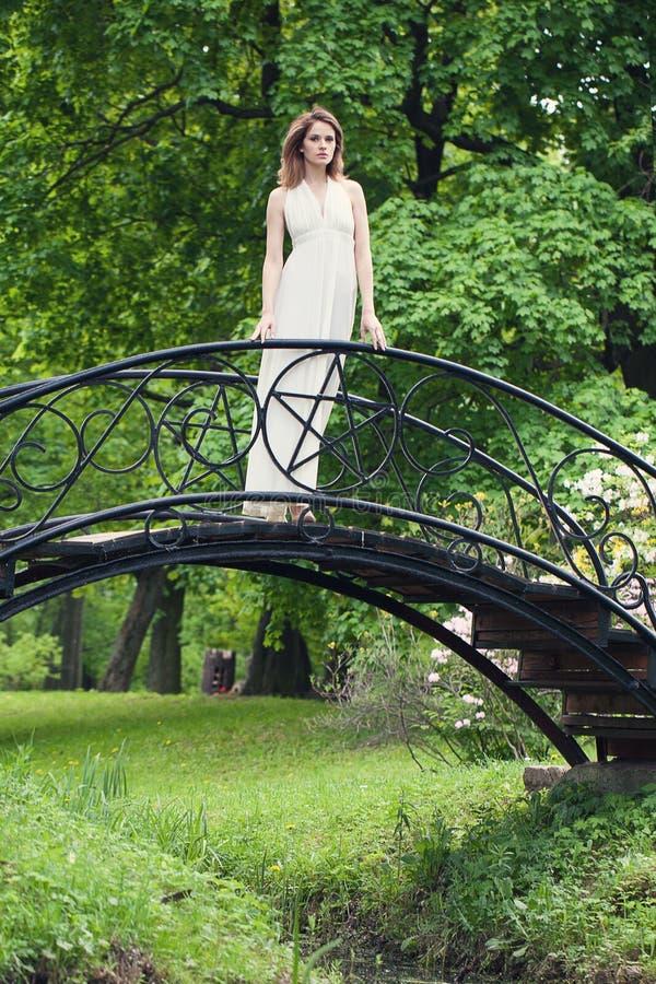 Femme attirante dans la robe blanche en parc extérieur images stock