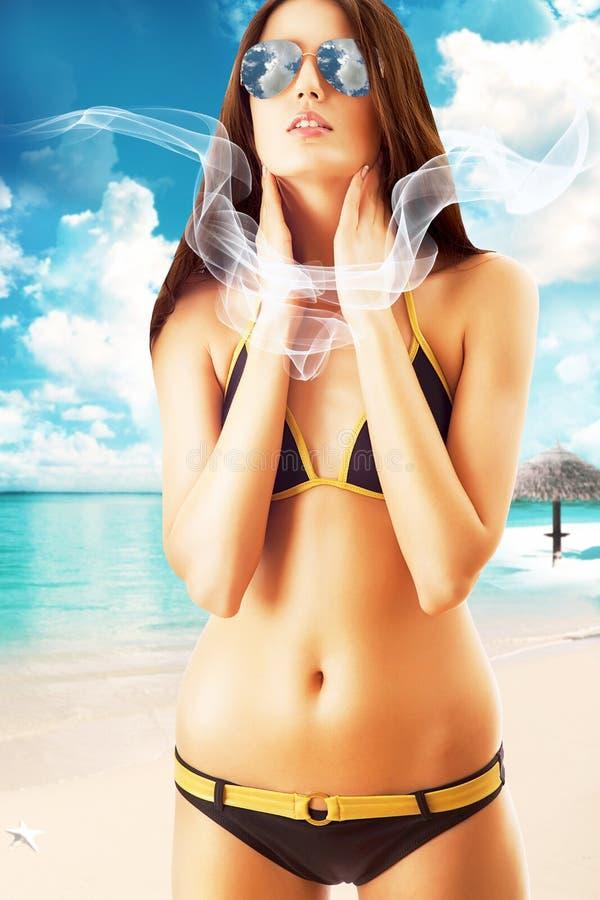 Femme attirante de brune dans des lunettes de soleil photo libre de droits