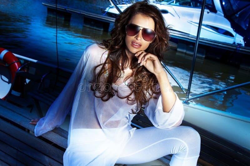 Femme attirante de brune posant dans le jour d'été. images libres de droits